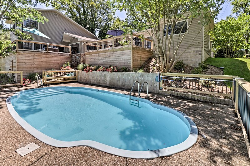 NEW! Luxe Hot Springs Oasis on Lake w/Private Dock, vacation rental in Lake Hamilton