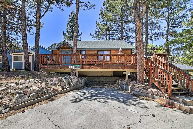 NEW! Home w/Hot Tub + Grill 1Mi to Big Bear Marina, alquiler de vacaciones en Moonridge