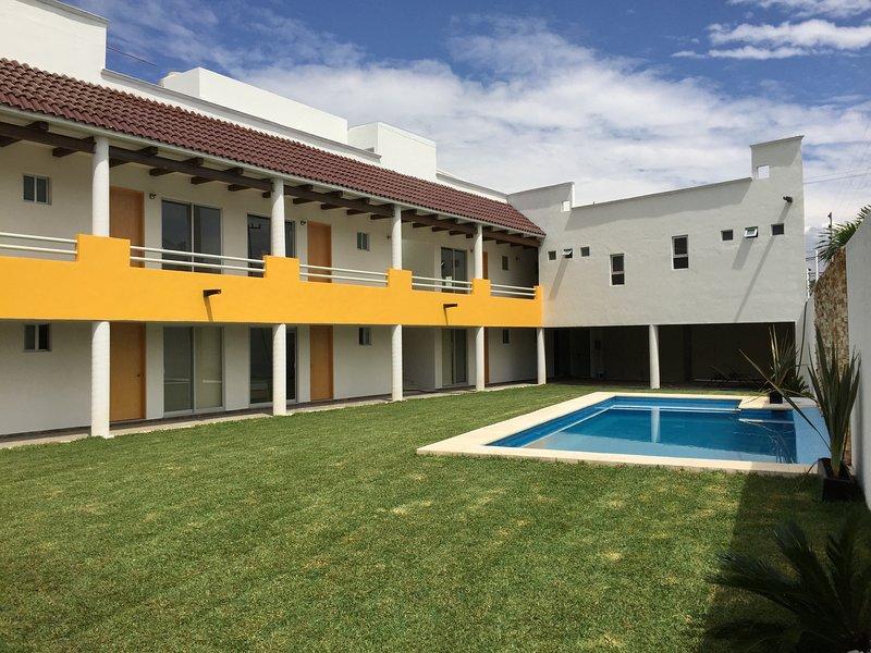Residencia 10 habitaciones con Jardn y Alberca, holiday rental in Xochitepec
