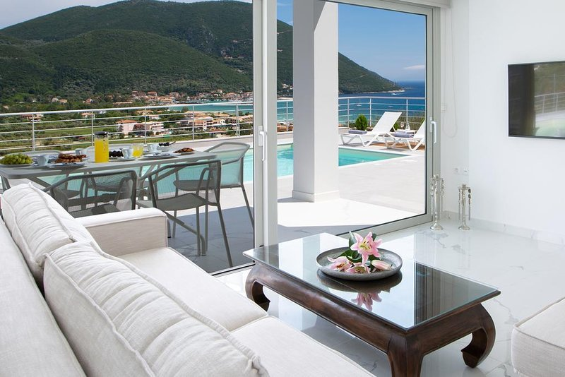 Modern Villa W with Private Pool & Views, in Vasiliki Lefkada, location de vacances à Apollonii