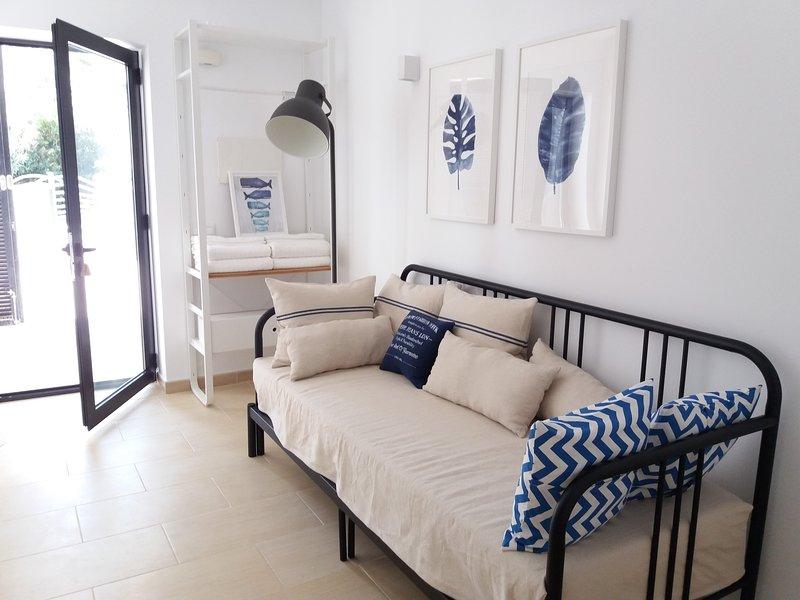 Coqueto apartamento en preciosa cala, holiday rental in Son Carrio