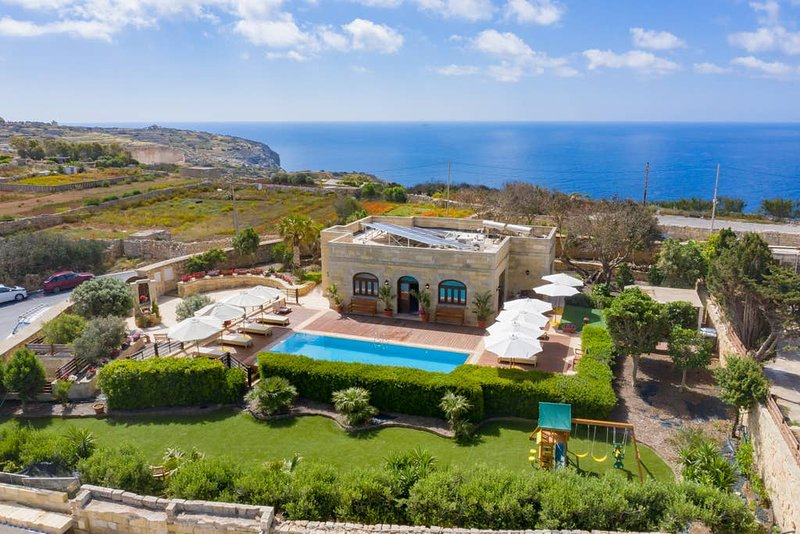 Nigred Villa Sleeps 8 with Pool Air Con and WiFi - 5832679, vacation rental in Qrendi