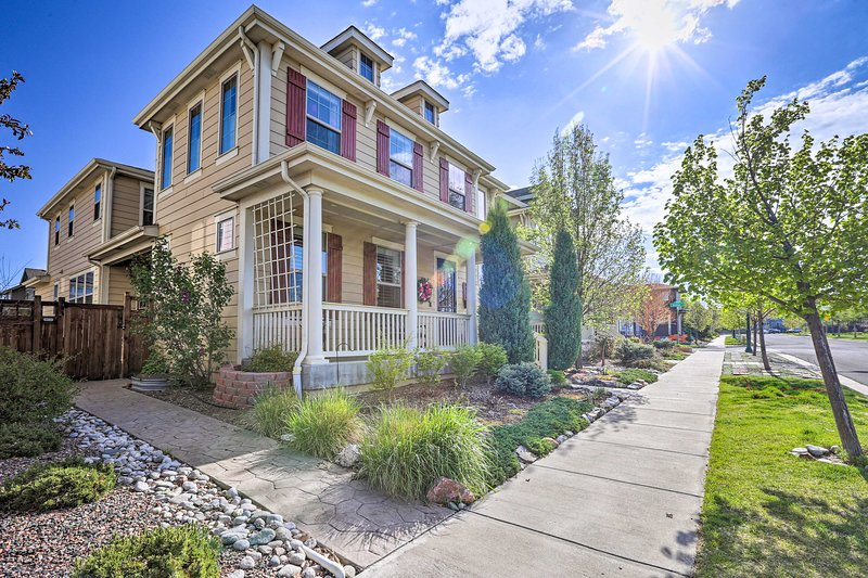 NEW! Family-Friendly Denver Home w/Patio, Fire Pit, location de vacances à Montbello