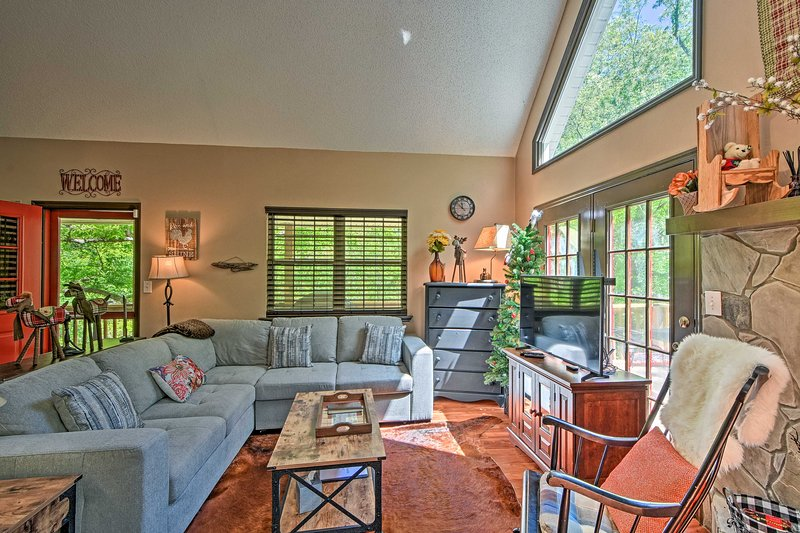 Kick back and relax at this Hayesville cabin!