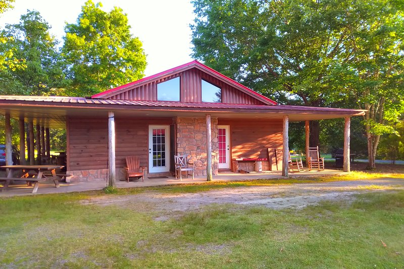Little Red Greers Ferry Cabin, casa vacanza a Tumbling Shoals