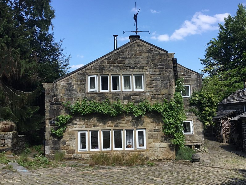 Tyas Cottage - 5 Star Luxury for 6 in Idyllic Historic Setting, casa vacanza a Ripponden