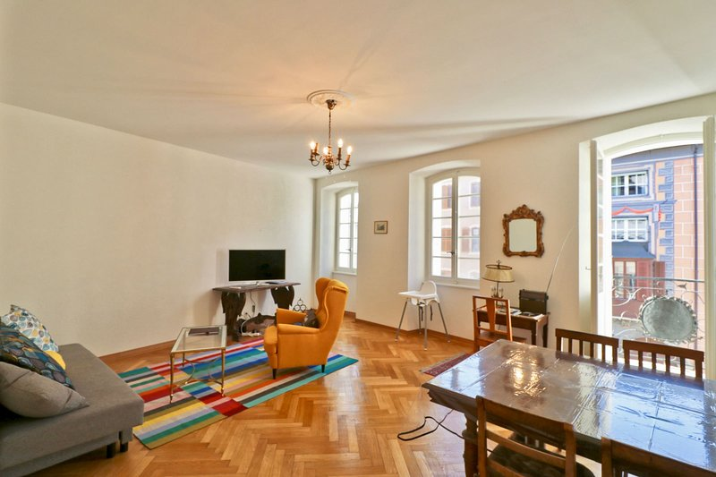 Charming apartment in Sion old town, alquiler vacacional en Saviese