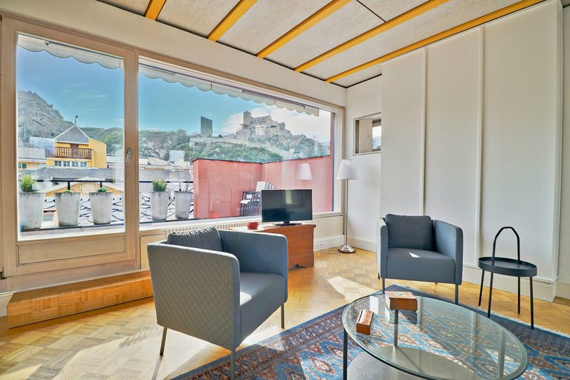 Cozy penthouse in the old town of Sion, alquiler vacacional en Saviese