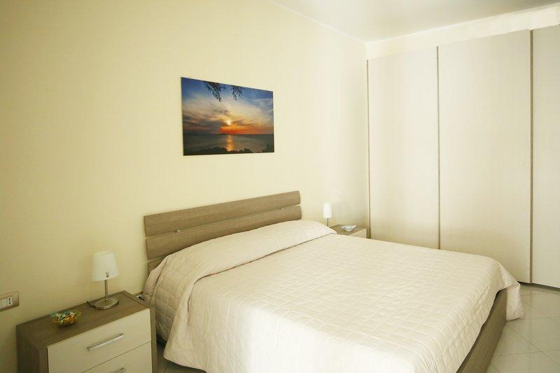 Bivani indipendente, nuovo e arredato 80metri mare, location de vacances à Acitrezza
