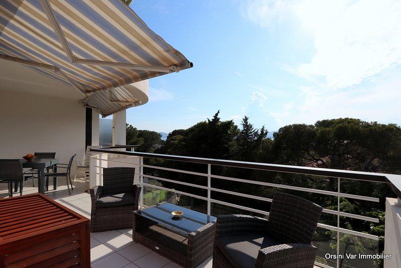 Logement spacieux avec bel aperçu mer équipé de clim, parking, wifi et piscine., holiday rental in Saint-Raphael