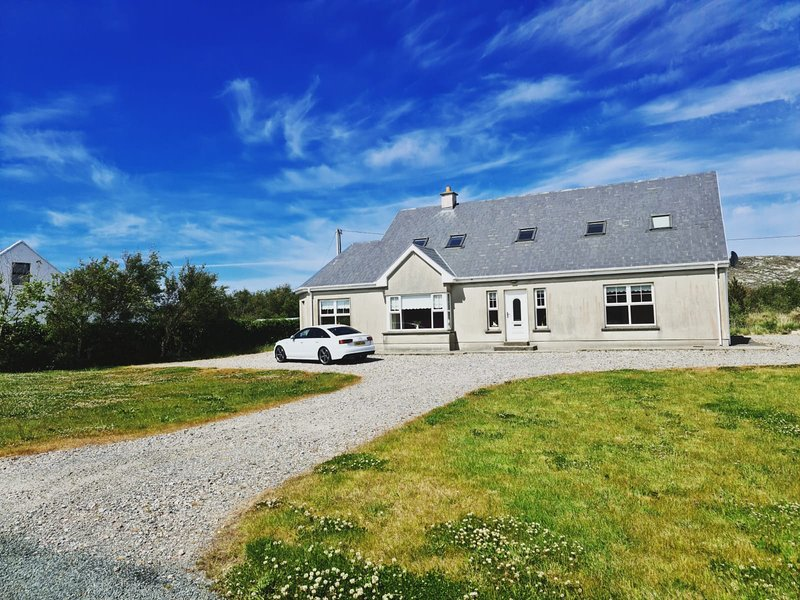 Beautiful 5 bedroom house on the 'Wild Atlantic Way' route, vacation rental in Ardara