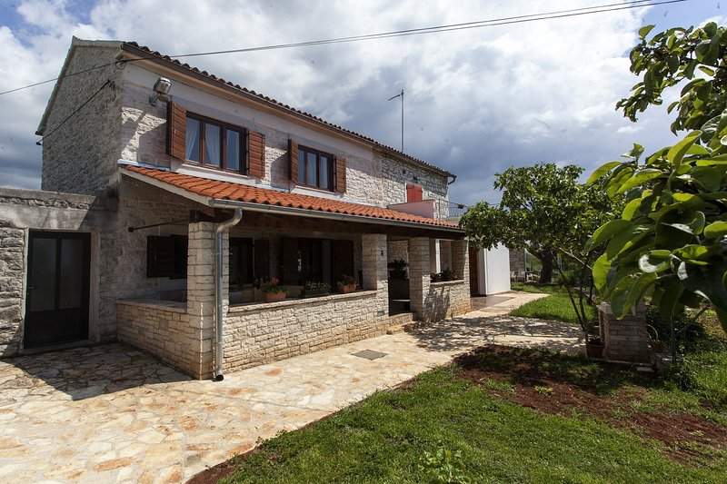 Villa Ana - Sea View, Terrace, Garden, BBQ, aluguéis de temporada em Bale