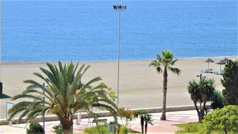 FANTASTICO APARTAMENTO FRENTE AL MAR COMPLETAMENTE NUEVO EN TORRE DEL MAR, vacation rental in Torre del Mar