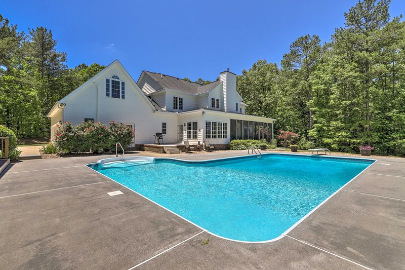 Luxe Family Home w/ Private Pool on Fishing Lake!, alquiler vacacional en Heflin