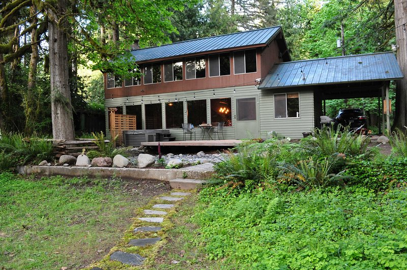 Riverside Retreat w/ Hot Tub - 13 Miles to Skibowl, holiday rental in Zigzag