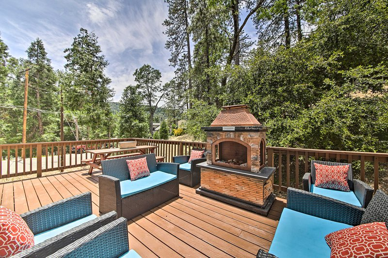 Remodeled Crestline Retreat: Walk to Lake Gregory!, aluguéis de temporada em San Bernardino
