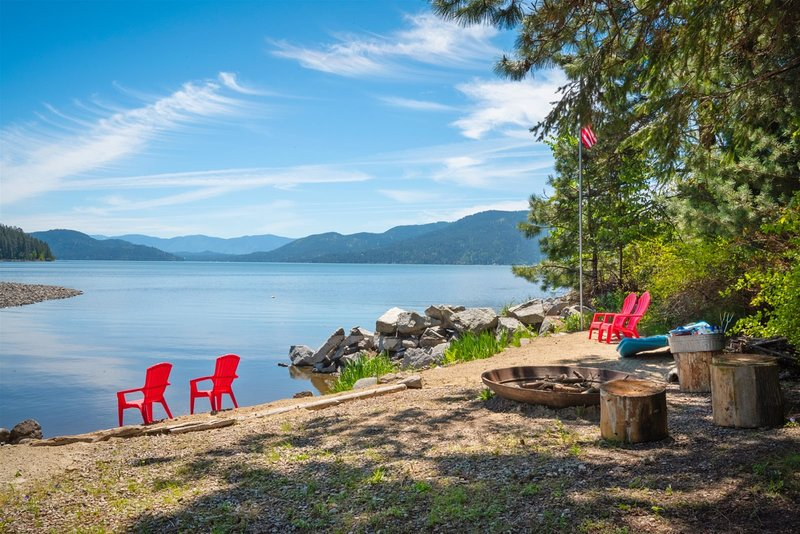 Waterfront, Private, Lodge Home, Beach, Hot Tub, Teepee!, vacation rental in Kootenai