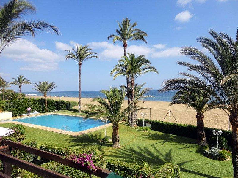 Adosado 4 dormitorios con piscina comunitaria y salida directa a playa, vacation rental in Denia
