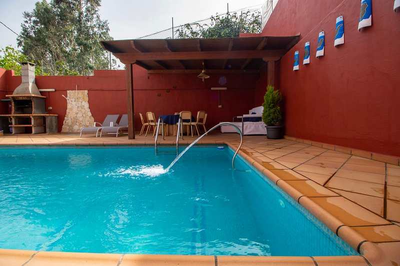 Mountain Chalet with Sea Views & Pool, location de vacances à Barranco del Pinar