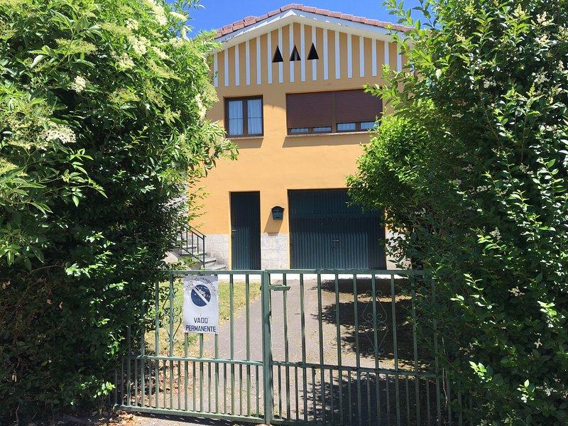 Vivienda unifamiliar con jardín cerrado y recién reformada, vacation rental in Avin