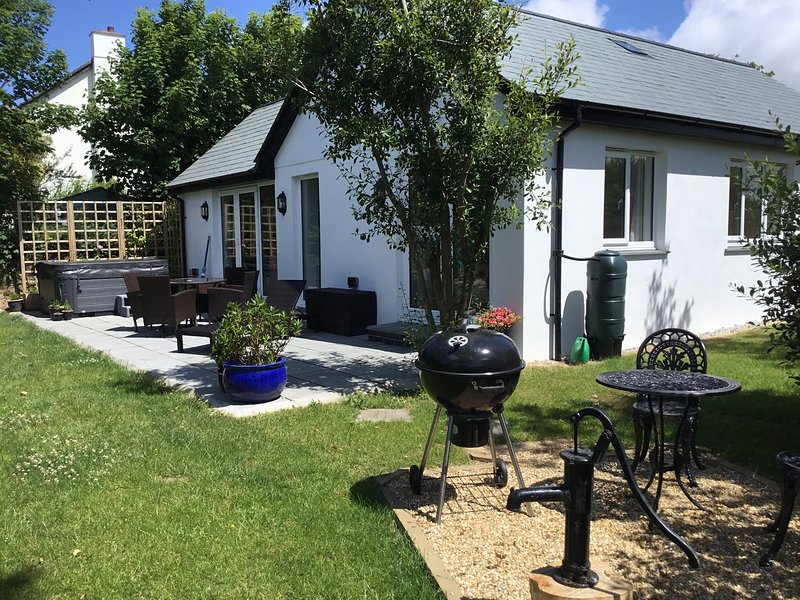 Outstanding Bramble Cottage: bungalow with electric hot tub, vacation rental in Morwenstow