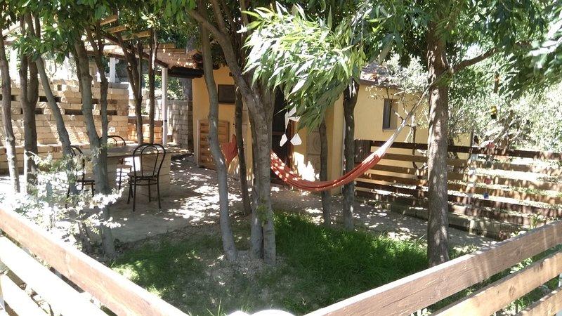 BUBO - Monolocale con cucina - immerso tra gli alberi - spazio esterno esclusivo, holiday rental in Monte Porzio