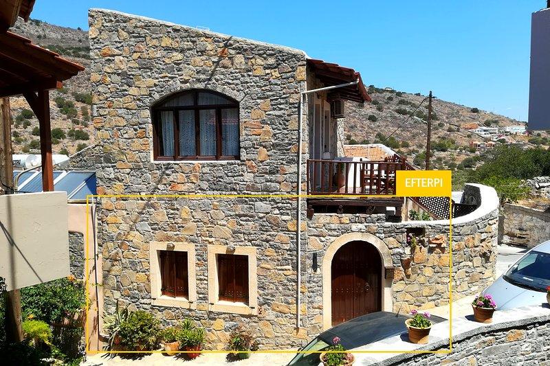 The Traditional House Efterpi w/ prvt courtyard, location de vacances à Fourni