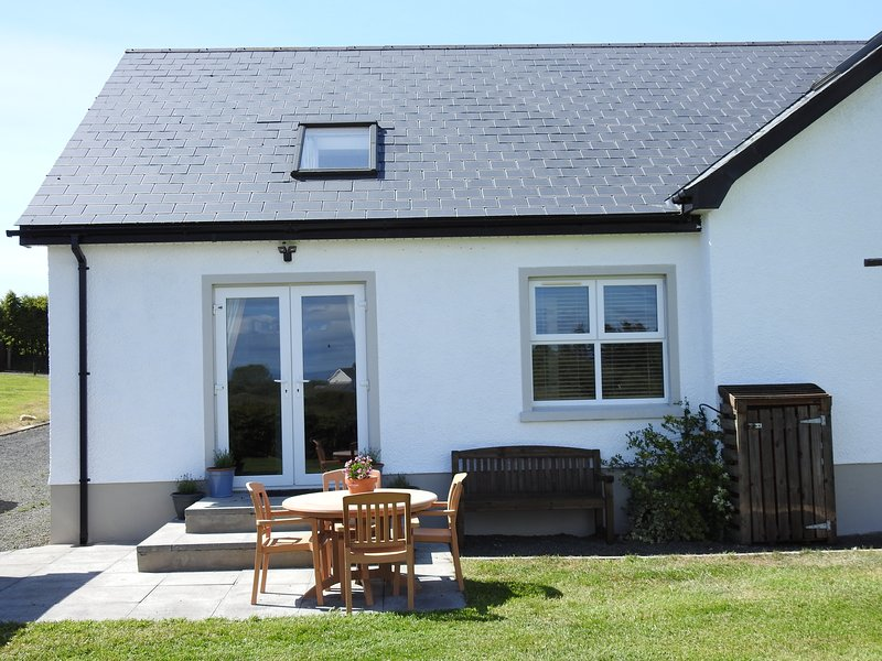 Meadow Cottage, 4.5 miles from Royal Portrush Golf Course, holiday rental in Dervock