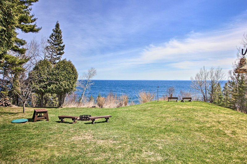 NEW! Lake Superior Beachfront Home 15 Mi to Duluth, casa vacanza a Silver Creek