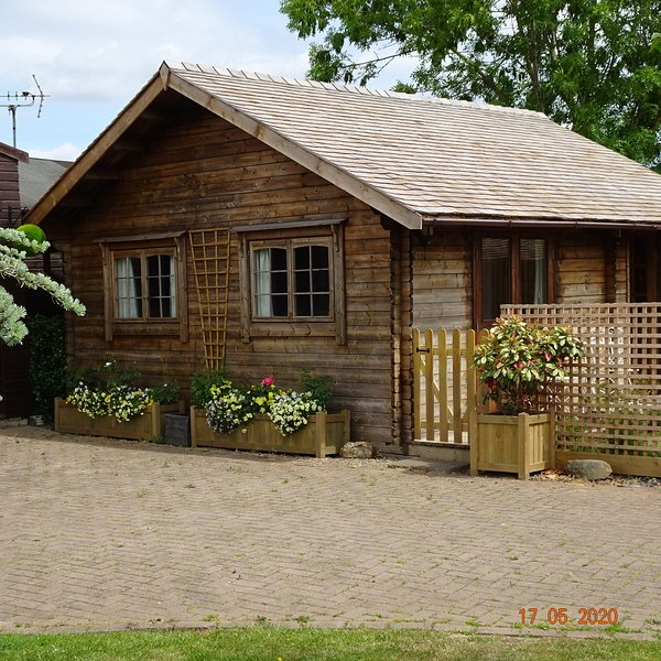 The Summer House with use of Indoor Heated 12m Swimming Pool, Hot Tub and Sauna, aluguéis de temporada em Tewkesbury