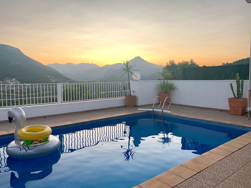 """ Villa GandiPalm ""  Vistas espectaculares a las montañas, Piscina privada., aluguéis de temporada em Marxuquera"