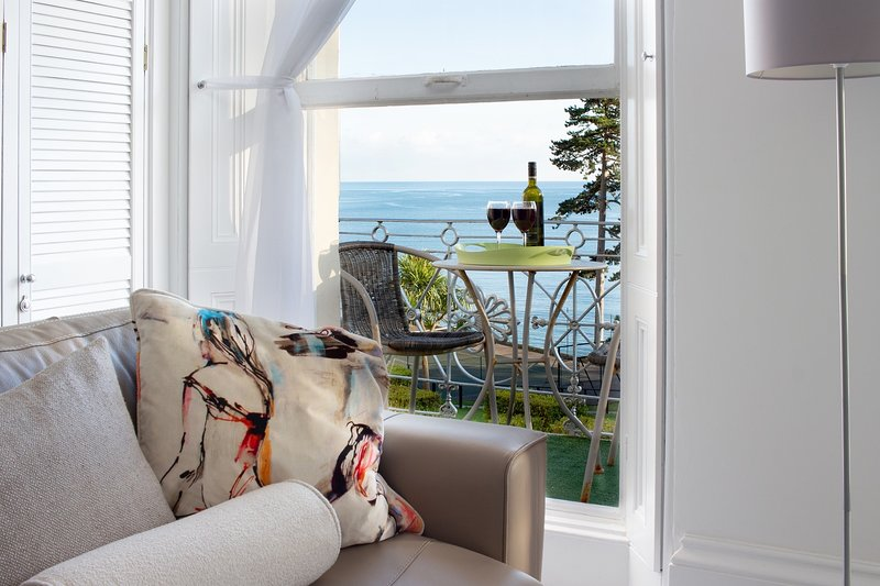 ***Stunning Beach front apartment, sleeps 5, own balcony***, holiday rental in English Riviera