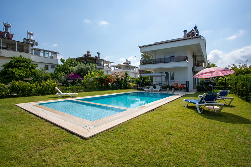 AMADO - 3 Bed Duplex Apartment with Pool View, holiday rental in Bogazkent