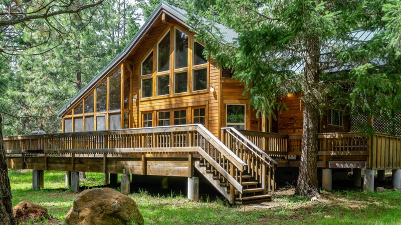 #1B Soda Mountain ~ Green Springs Cabins ~  Jacuzzi Tub, holiday rental in Ashland