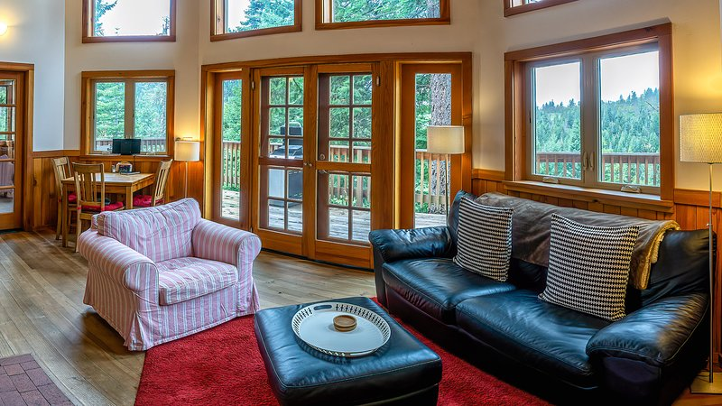 #2E Agate Flats ~ Green Springs Cabins ~ Jacuzzi Tub, holiday rental in Hornbrook
