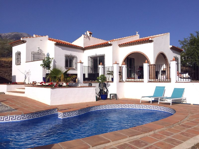 100% Private Casa Soleada, incredible views & private pool, airco, holiday rental in Canillas de Aceituno