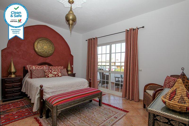 Villa Galé Sun-ambiente mourisco,5 quartos,piscina,WiFi,estacionamento privativo, holiday rental in Albufeira