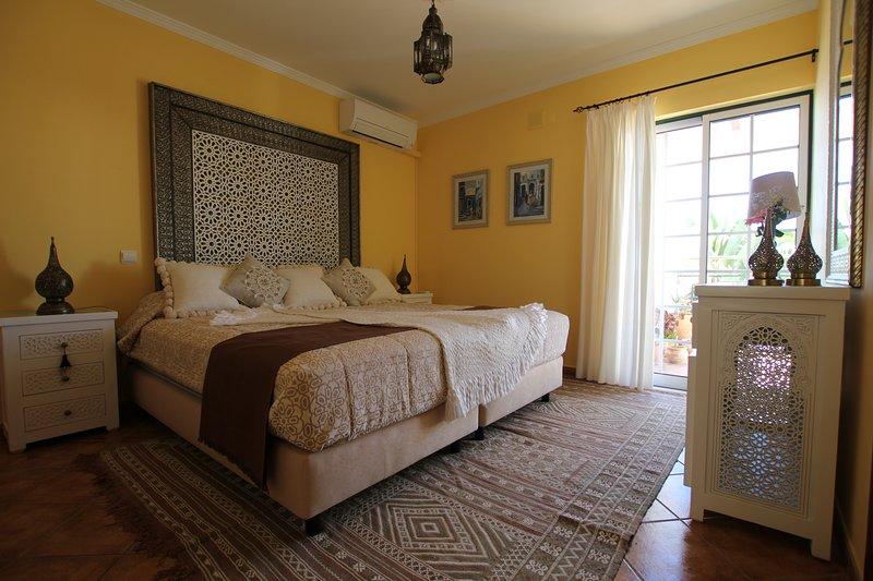 Riad Serpa 4 quartos em suite, AC, WIFI, piscina aquecida com cobertura térmica, holiday rental in Albufeira