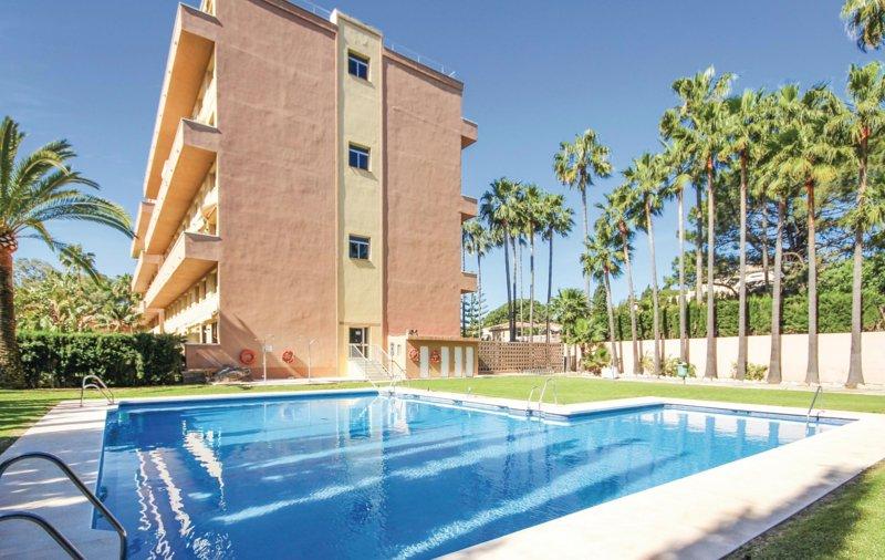 'Family Duplex' 500m to Beach + Pool, WiFi & Netflix, vacation rental in Artola
