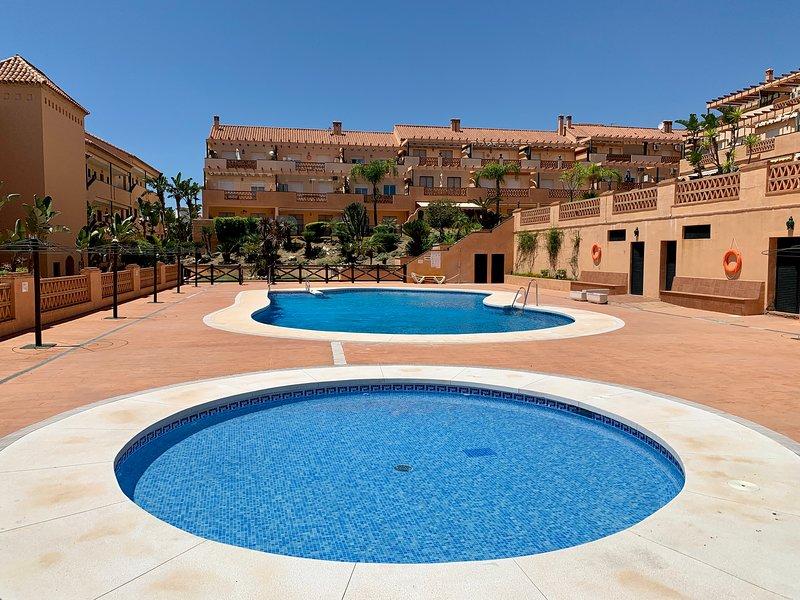 Mijas Costa 2-Bed modern Apt with pool & gardens, vacation rental in El Faro