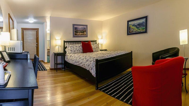 #1 Lodge Room 2 ~ Green Springs Inn ~ Jacuzzi Bathtub, holiday rental in Hornbrook