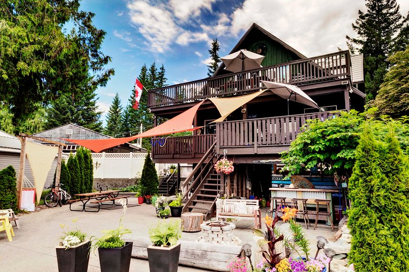 Cedar Lake House at Alpine Village Resort, alquiler de vacaciones en Salmon Arm