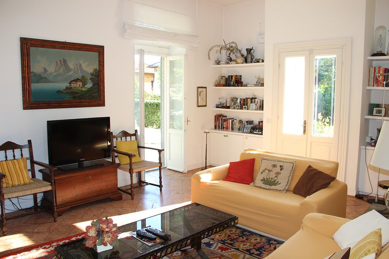 Villa Florines, Lenno town centre, beautiful family home with lake views., holiday rental in Lenno