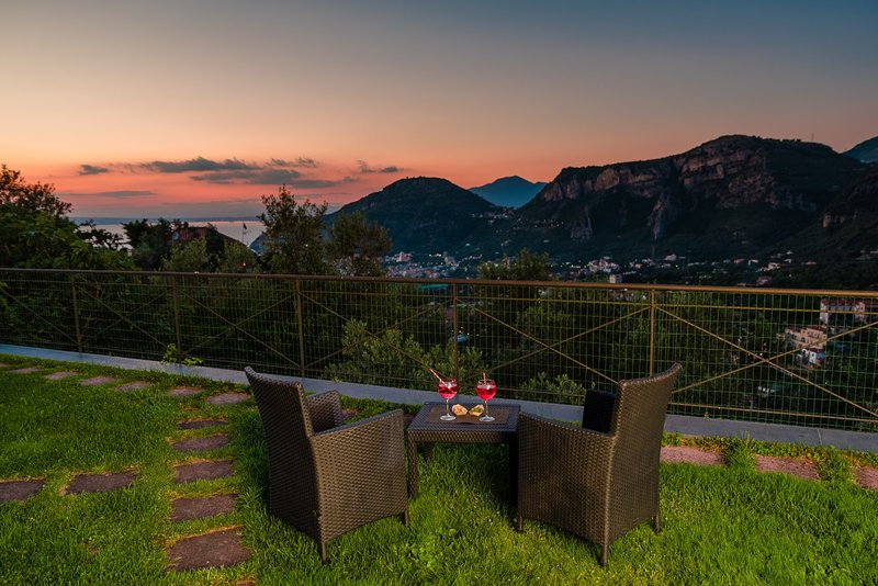 Villa Fanella, independent house between Sorrento & Amalfi Coast, private garden, holiday rental in Sorrento