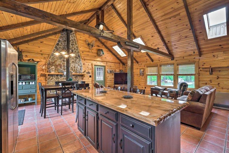 Luxe Pet-friendly Moosehead Lake Cabin w/ Deck!, holiday rental in Greenville
