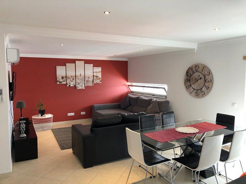 Modern 2 Bed Apartment 5 km Carvoeiro, aluguéis de temporada em Lagoa