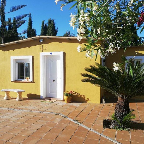 Albanta. Casa de campo con jardín, piscina y zona de árboles frutales, alquiler de vacaciones en Chipiona