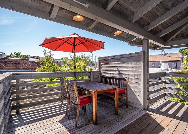Rooftop Hideaway in Heart of Downtown--Newly Refurbished! See the New Photos!, aluguéis de temporada em Paso Robles