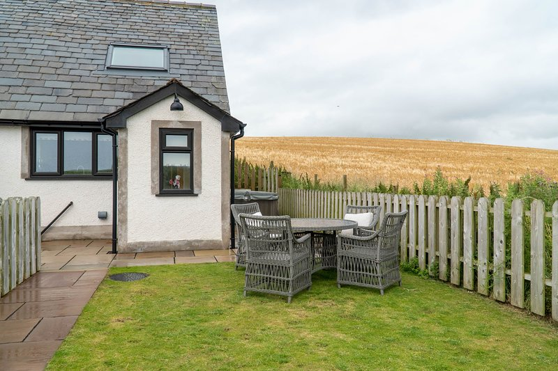 Daisy Cottage - One bedroom cottage with feature bath and great views., location de vacances à Newton in Furness