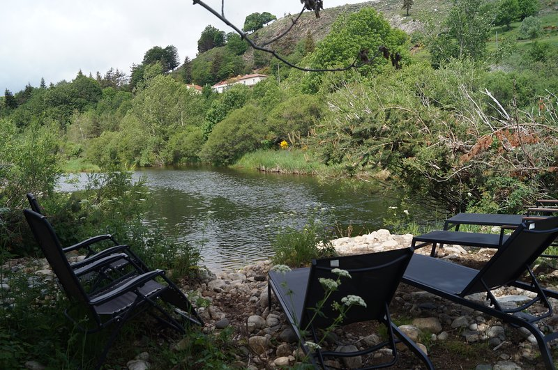 Ardèche, logement en face de la rivière, holiday rental in Burzet